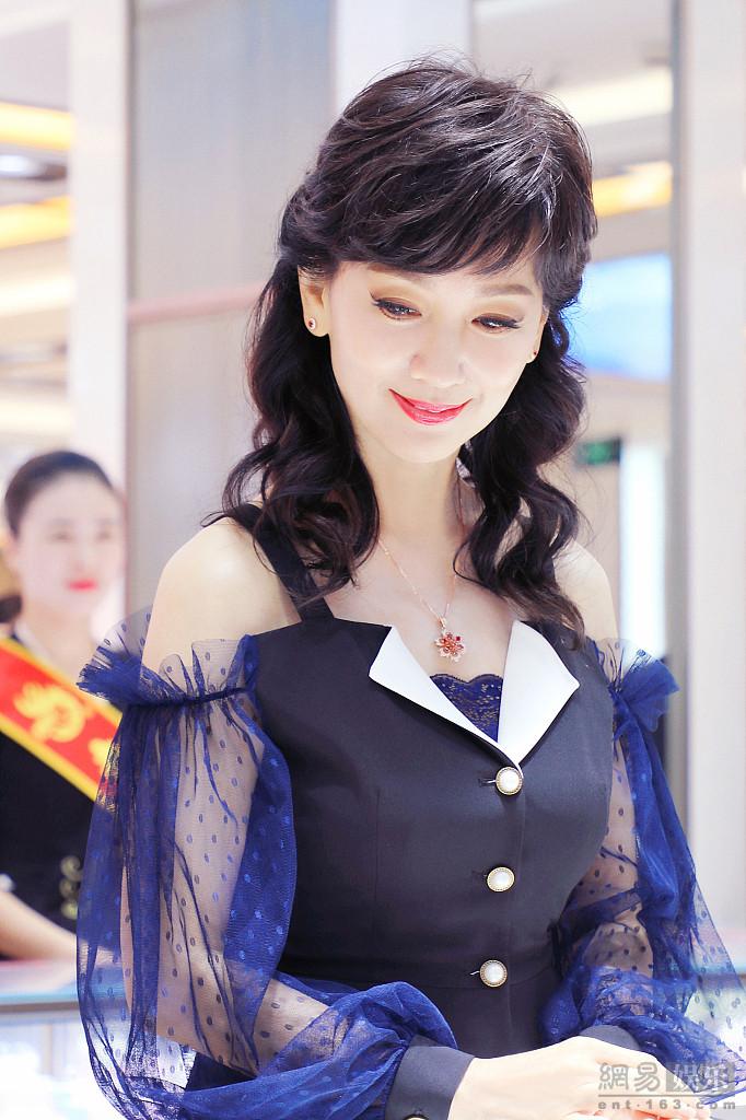 赵雅芝穿薄纱裙露香肩 一颦一笑气韵迷人