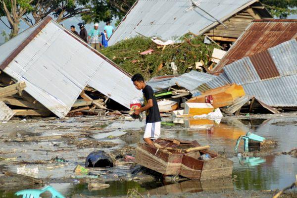 印尼地震引发海啸至少384人死亡 直击灾区一片狼藉