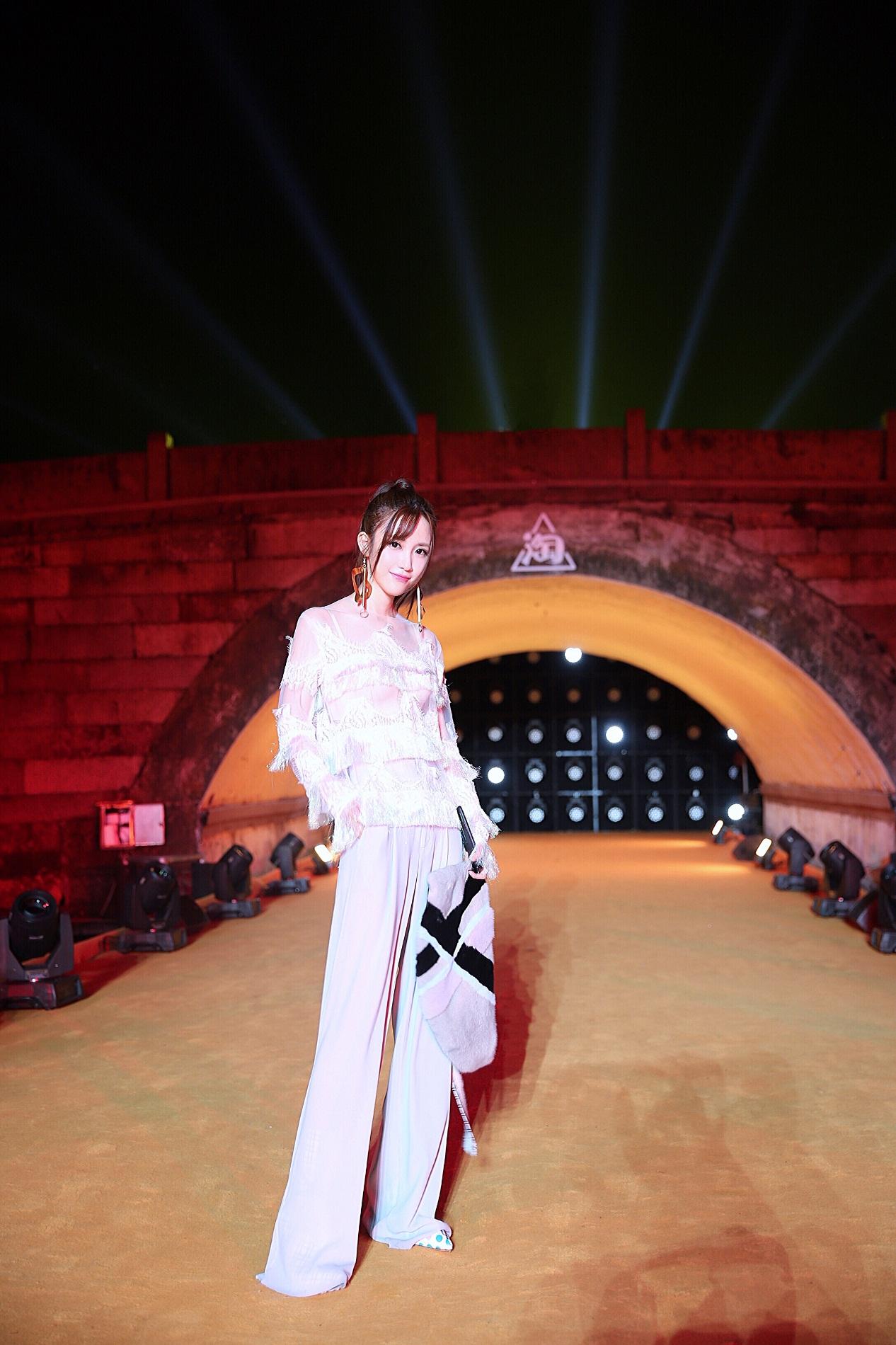 """米咪亮相断桥2018造物节清新甜美再现""""长腿杀"""""""