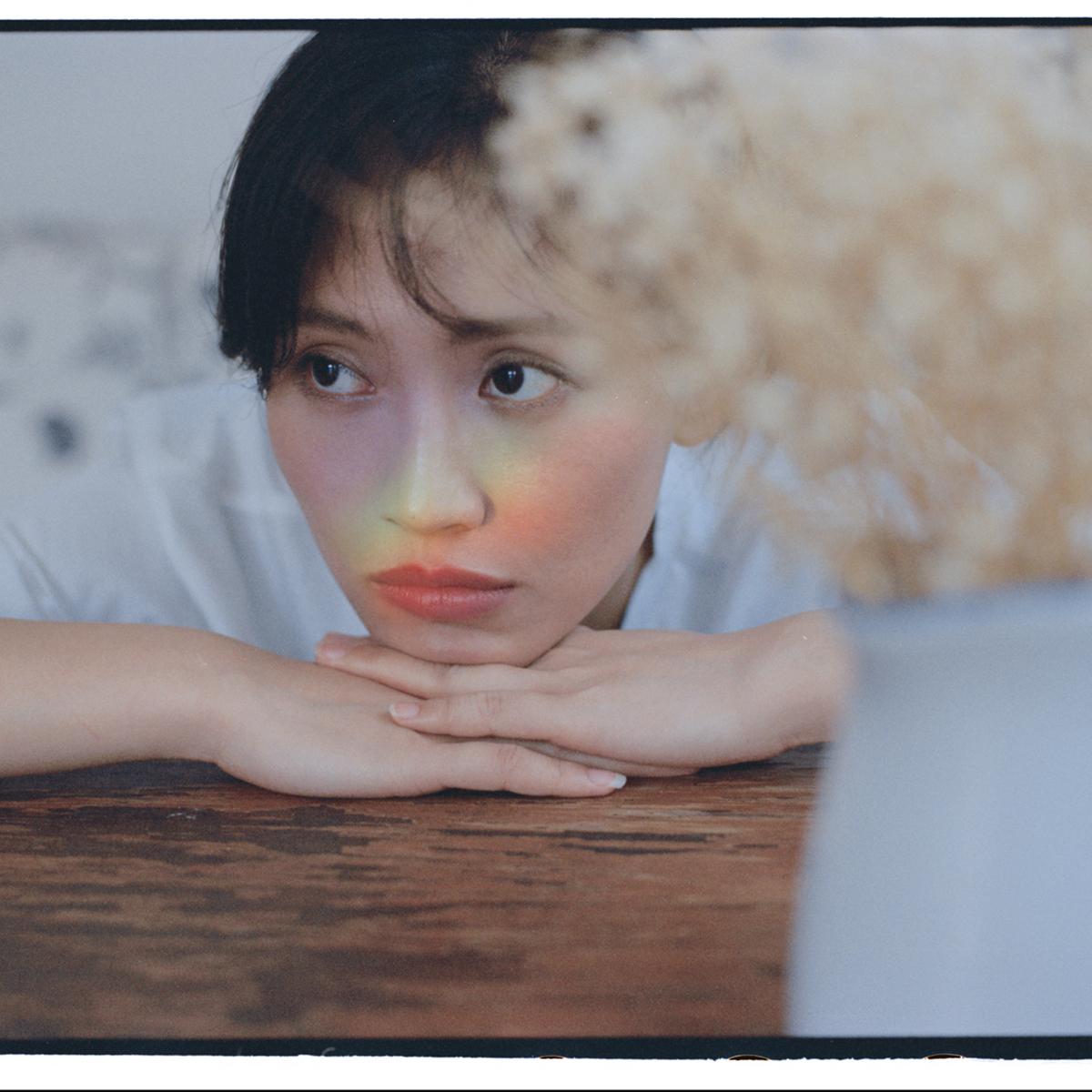 电影脸杨小兰气质超群最新写真 简单不乏张力