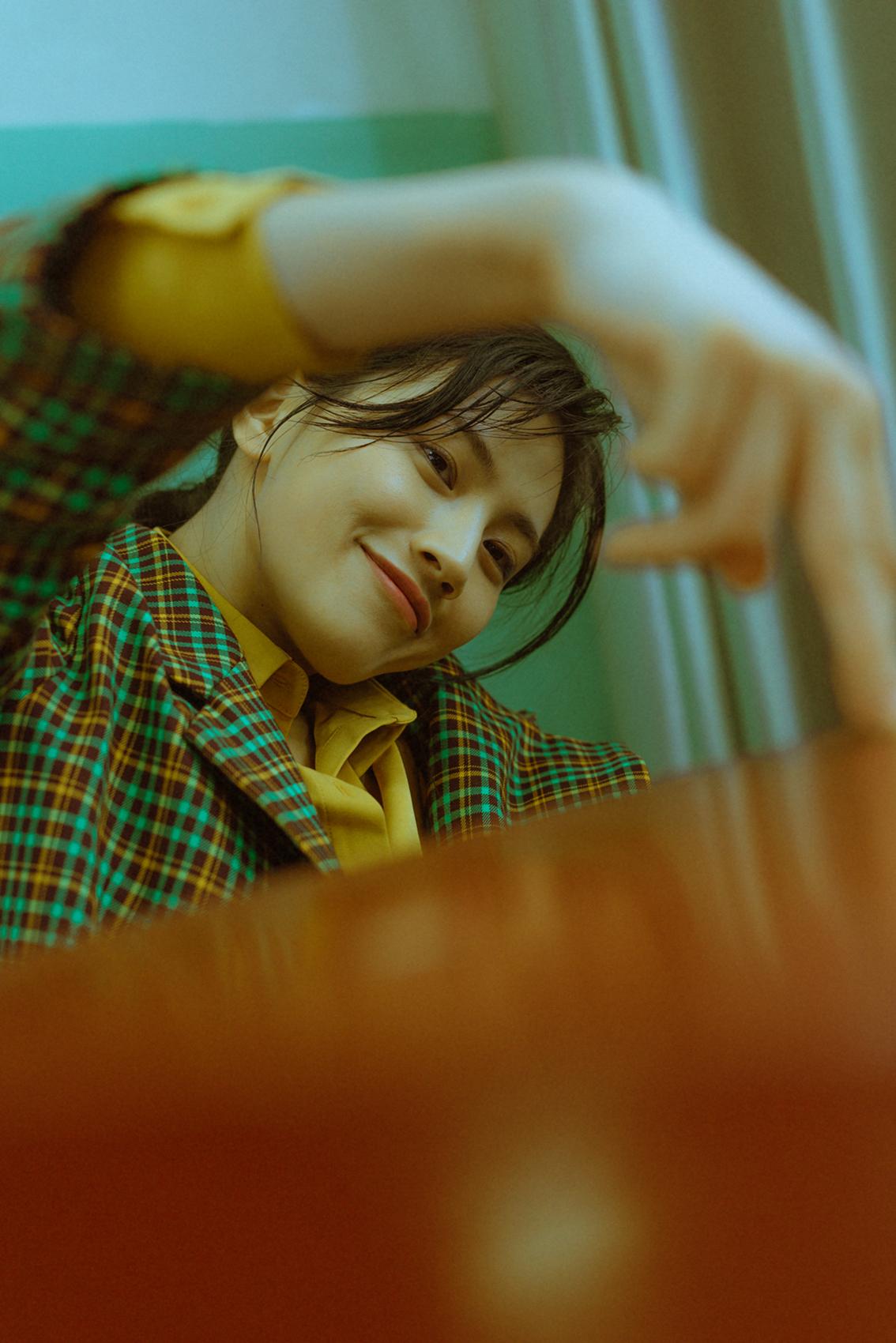 杨小兰最新秋季大片曝光 率性西装演绎校园不羁女孩