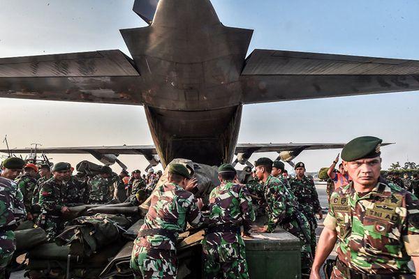 印尼士兵搬运赈灾物资乘飞机赴地震灾区救援