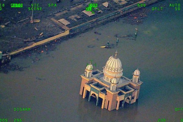 印尼地震海啸已致384人死亡  航拍图直击灾难现场