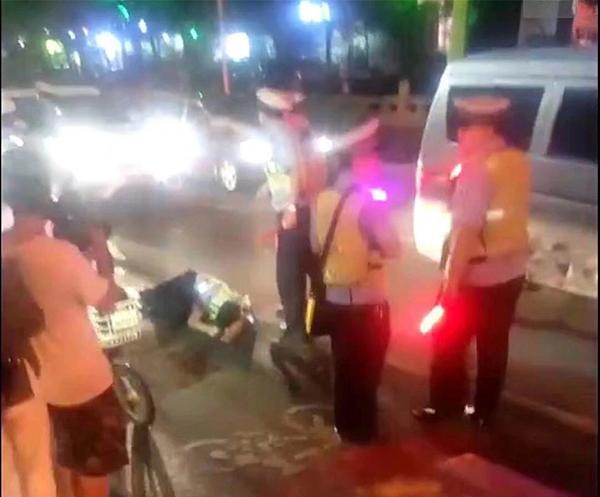 """湖南郴州通报""""吸毒男子强行冲卡撞伤辅警"""":无证驾驶已刑拘"""