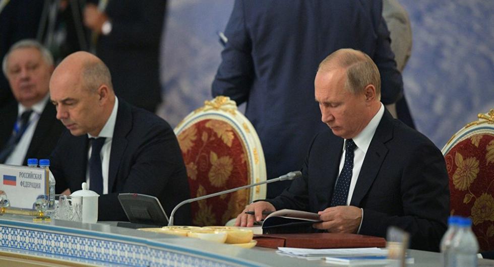 普京开会期间书不离手 读的是这本名著……