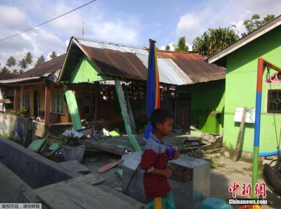 印尼7级以上强震:2米高海啸冲走房屋 搜救难度大