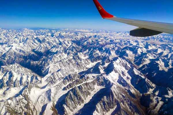 航拍新疆天山中部巍峨雄壮尽收眼底