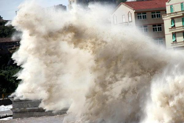 浙江温岭潮水拍打堤坝掀十余米高巨浪