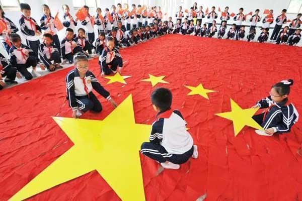 江西小学生千条红领巾拼巨型国旗迎国庆