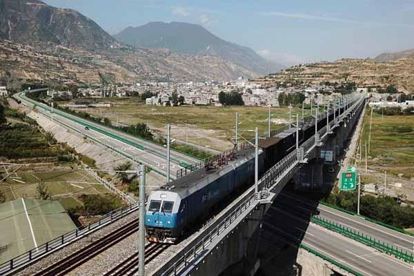 兰渝铁路全线开通满一年 大通道作用日益显现