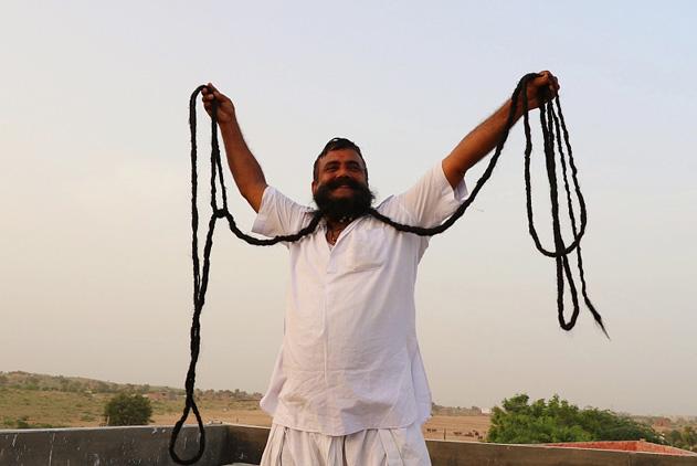 印男子33年蓄6.7米胡子 每天花3小时打理