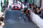 """意自行车比赛中两选手相撞双双""""飞""""过终点"""