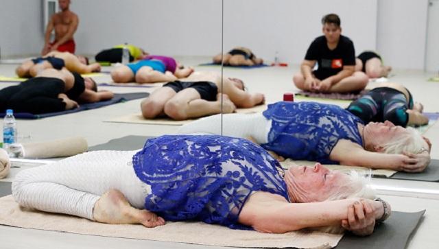 活到老学到老!俄罗斯79岁老奶奶对峙教瑜伽