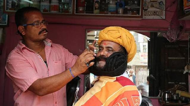 印男子蓄6.7米胡子破世界纪录 每日花3小时打理