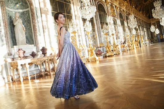 佟丽娅法国拍摄花絮发布 异国街头展现迷人气质