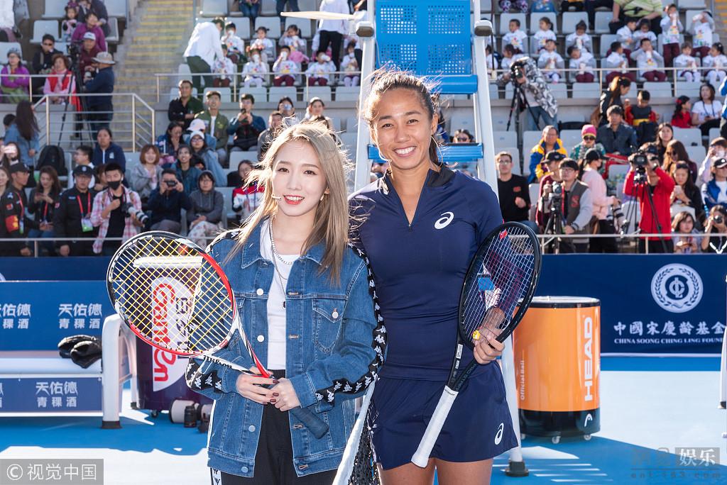孟美岐现身中国网球公开赛 挥拍灿笑有活力
