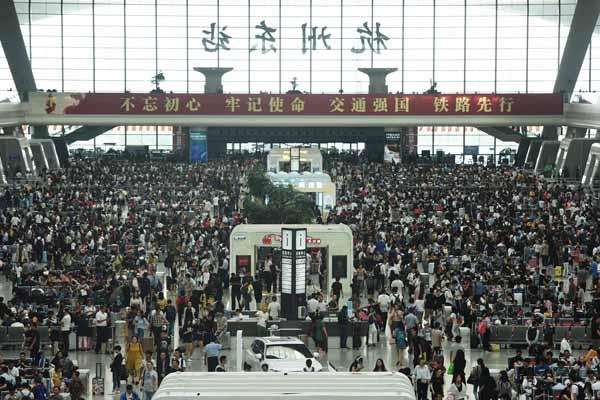 国庆旅客出行高峰 火车站人潮涌动