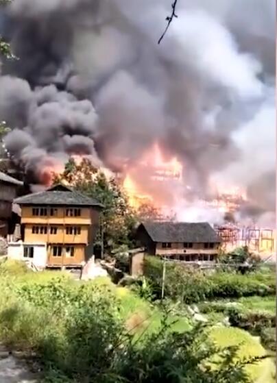 广西龙脊梯田景区木制民居起火,消防员已进入现场扑救