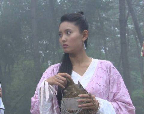 拎着水囊的古装女子,刘亦菲宛若林中仙、叶璇如嫩叶般青涩甜美