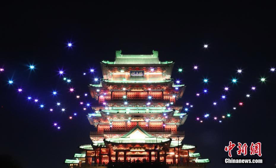 南昌百架无人机灯光秀表演迎国庆 缤纷绚丽灿若星辰