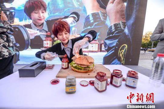 北京上演美女大胃王挑战巨大汉堡比赛