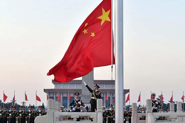 国庆69周年 近11万名群众在天安门广场观看升旗仪式