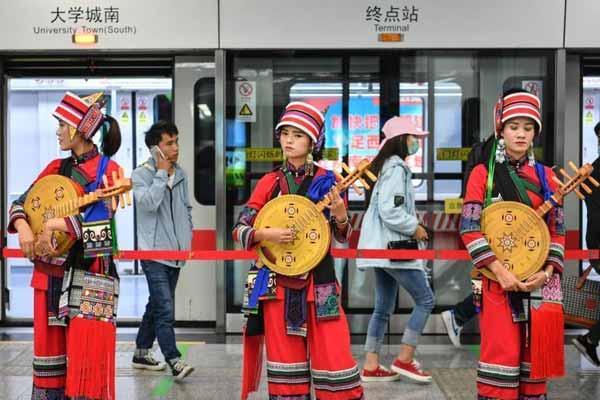 """昆明地铁开通""""阿诗玛号""""和""""春城号""""文化列车"""