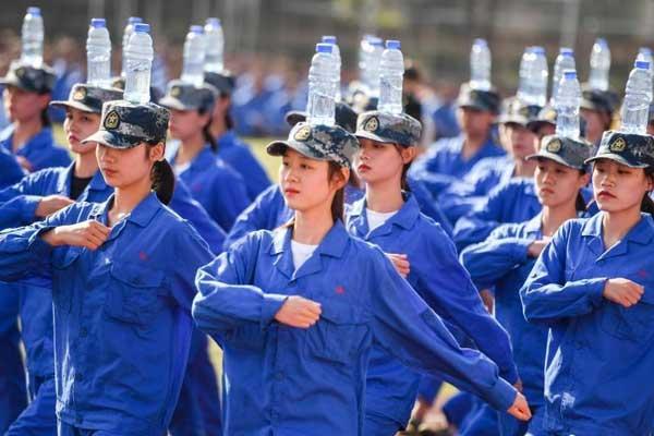 长沙一高校女生集体头顶水瓶军训