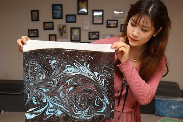 水面上作画技巧高超 揭秘北京城美女水影画师
