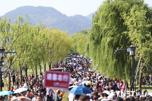"""国庆长假首日 杭州西湖景区开启""""人从众""""模式"""