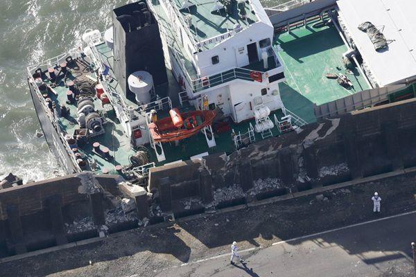 """台风""""潭美""""席卷日本威力惊人 货轮遭强风失控撞护堤"""
