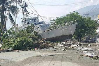 印尼海军2艘巡逻艇被海啸冲上岸边