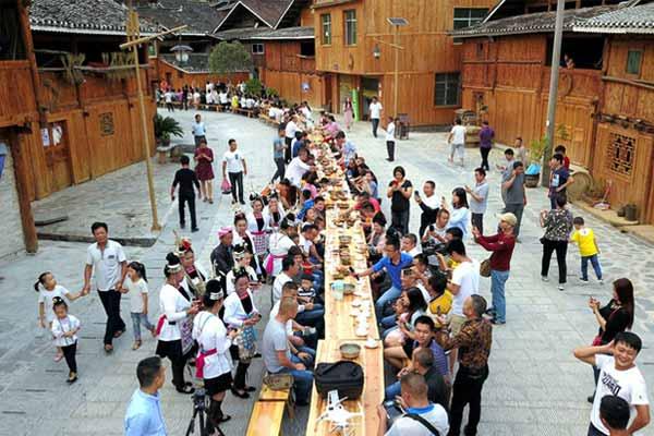 航拍贵州从江侗寨长桌宴 八方宾客一起欢度国庆