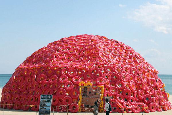 """韩国艺术家打造废弃游泳圈""""圆顶屋"""" 呼吁关注海洋污染"""