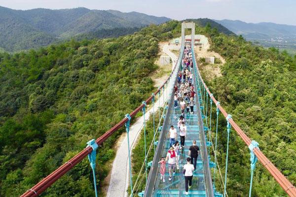 浙北最长玻璃栈道国庆迎数千游客