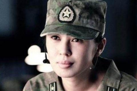余男在演军人 万茜也演军人 她却是真的军人