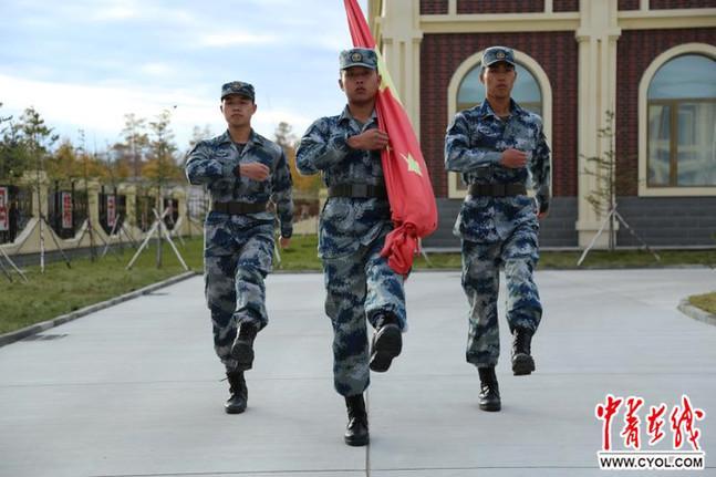 """【我为祖国点个赞】致敬!驻守""""神州北极""""的空军雷达兵升国旗为祖国庆生"""