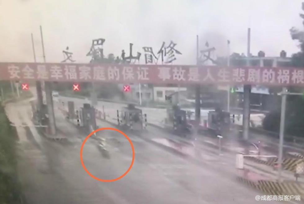 3辆摩托车硬闯高速随意超车 1人发生侧翻不幸死亡