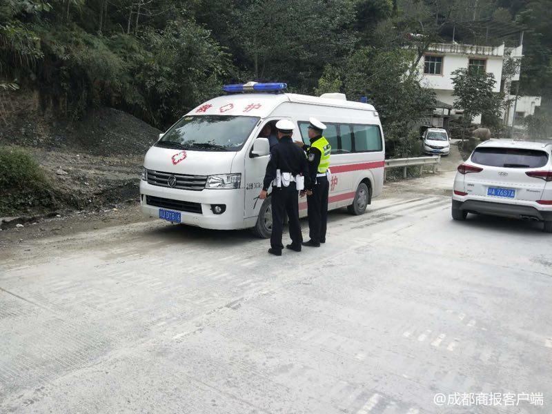 """北川交警带救护车""""逆行""""40分钟 两千余车辆让行"""