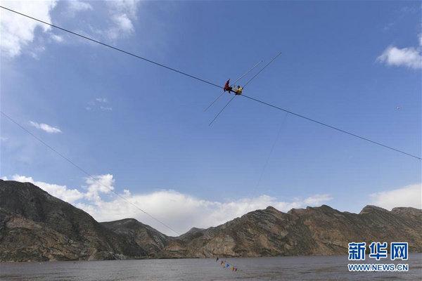 阿迪力高空走钢丝跨越黄河大峡谷