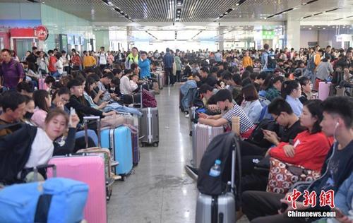 国庆假期首日 济南火车站迎客流高峰