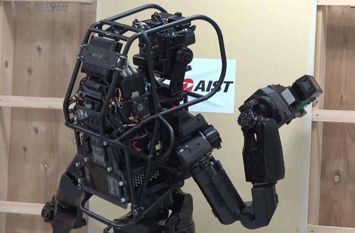 人形机器人HRP-5P展示动手能力:用螺丝刀安装好石膏板