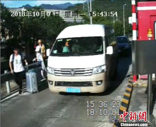 """浙江高速一男子为""""省路费"""" 伪造7座证硬塞17人上路"""