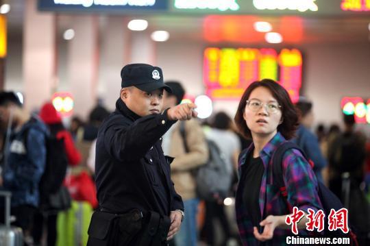 """成都铁路警方多举措护航""""国庆""""假期客流高峰"""