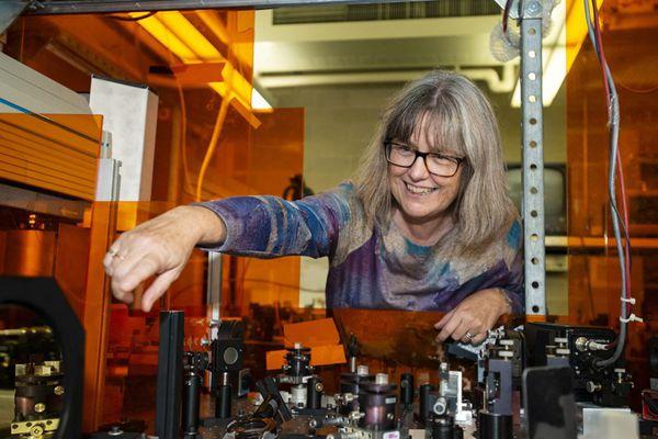 第三位诺贝尔物理学奖女性得主诞生 向媒体展示实验室