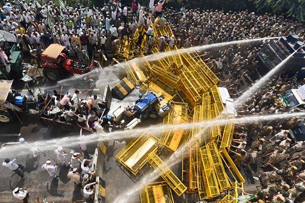 印度3万农民要冲进德里抗议 警方用催泪弹水炮阻止