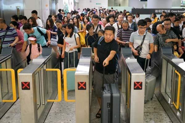 内地旅客蜂拥而至 高铁西九龙站持续高客流量
