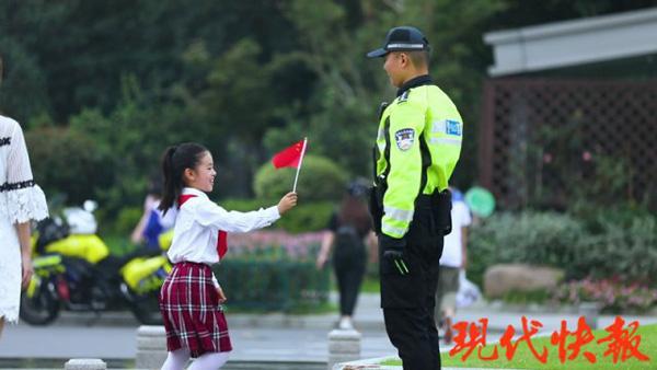 """国庆最燃""""打卡""""!小女孩一个敬礼,南京全城上演国旗接力"""