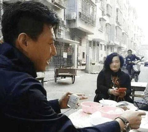 明星回老家:靳东吃路边摊,赵丽颖平易近人