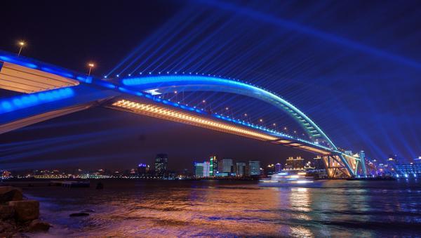 历时三个月景观更新,上海黄浦江四座大桥如彩虹飞跨巨龙盘旋